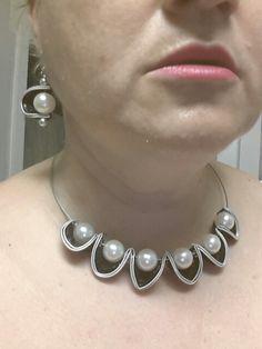 Collier et boucles noir et blanc. By @catherine Clay Jewelry, Pearl Jewelry, Jewelry Crafts, Jewelry Art, Jewelery, Diy Nespresso, Bijoux Fil Aluminium, Diy Accessoires, Handmade Beaded Jewelry