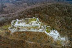 """Nógrád+vára+után+visszatértünk+a+2-es+főútra+és+azon+haladtunk+észak+fele,+elhagyva+Rétságot,+Borsosberényt+és+Nagyoroszit.+A+főút+bal+oldalán,+a+hegyek+között+található+a+444+méter+magas+sziklacsúcsra+épült+Drégelyvár,+Drégelypalánk+település+viszont+a+2-es+út+jobb+oldalán+van.+  """"Felhőbe…"""