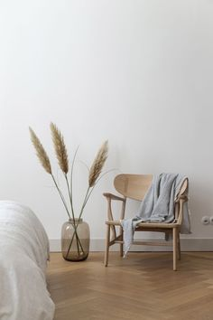 Scandinavian home interior design idea – living room / bedroom decor – interior – still life – natural tones – white and light wood color – trendy and modern Minimalist Home Interior, Minimalist Bedroom, Home Interior Design, Interior Ideas, Interior Design Simple, Minimalist Home Design, Minimal Home, Minimalist Apartment, Minimalist House