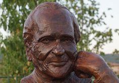Monument Jean d'Ormesson - buste en bronze de Gérard Lartigue Lartigue, Jeans, Garden Sculpture, Bronze, Outdoor Decor, Art, Green Jeans, Denim Pants, Jeans Pants