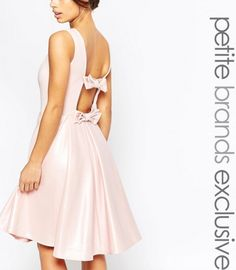 Koktajlowa pastelowa różowa sukienka z kokardą na plecach