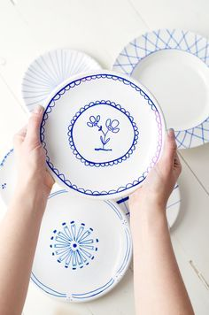 Home made painted ceramic plates. Love how simple this is. Painted Ceramic Plates, Porcelain Mugs, Ceramic Mugs, Ceramic Art, Pottery Painting, Ceramic Painting, Delft, Pottery Studio, Diy Clay