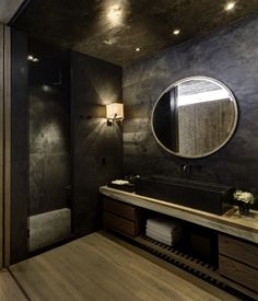 Black is an elegant color and you can use it on home interiors to get a glamourous room design, even in bathroom. See 10 Black Luxury Bathroom Design Ideas. Bathroom Design Luxury, Luxury Interior Design, Modern Interior, Bad Inspiration, Bathroom Inspiration, Dream Bathrooms, Beautiful Bathrooms, Black Bathrooms, Bathroom Modern