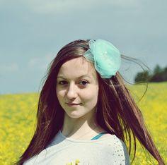 """Čelenka """"Zelenkavá tylovka"""" Čelenka vyrobená zesvětle zelenéhotylu, pošitábílými perličkami a šatonovými kamínky. Květina je připevněná na bokučernéplastové čelenky. Vhodná na focení holčiček, slečen a paní, ale i na běžné nošení. Velikost: od cca 3 let až po dospěláka Velikost květiny: průměr cca 10cm"""