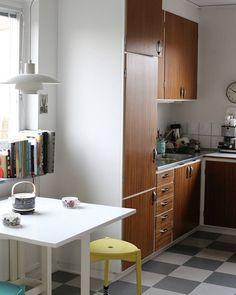 60-tals kök. Måste alltid pinna detta kök. Plate Display, Marimekko, Teak, Tall Cabinet Storage, House, Furniture, Blogg, Home Decor, Kitchens