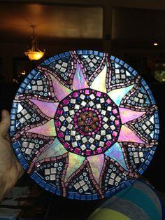 Mandala de conception tout à fait unique soleil avec bijou vintage comme centre. Verre de paillettes, de cristaux et de verre irisé rendre