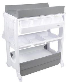 Moweo Stellebord med Badebalje Hvit/Grå er et kombiert stellebord med badebalje og oppbevaringsløsning, perfekt om man har dårlig plass. Du kan enkelt veksle mellom bad og stellebord ved å kneppe opp sikkerhetsspennene og felle ned stellematten. I bunnen har du godt med oppbevaringsplass, med avtagbare og vaskbare opbevaringsskuffer.<br><br>- Kombinert badebalje og stellebord.<br>- Gunstig oppbevaringsplass.<br>- Utstyrt med fire roterbare og låsbare hjul.<br&g...