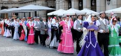 Desfile de chulapos y chulapas en la Plaza Mayor de Madrid. / Cedida por: Ayuntamiento de Madrid.
