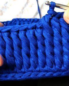 """Agora sim estou terminando de fazer o quadrado azul, estava aguardando o """"cliente"""" (meu filho ) passar a medida da altura. Já já estará pronto. Mas tem coração, sousplat, cahepô e muitas outras peças em fila na linha de produção... então vamos correr porque o tempo urge (como diria minha mamãezinha)!! ❤ #croche #crochet #fiodemalha #yarn #knit #trapilho #trapillo #ganchillo #zelcampos"""