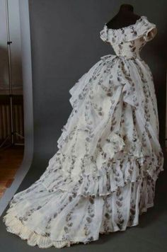 Afternoon dress, ca. in cream organdy printed in black with climbing garlands of loquats. Back View. 1870s Fashion, Edwardian Fashion, Vintage Fashion, Old Dresses, Pretty Dresses, 1950s Dresses, Flapper Dresses, Vintage Gowns, Vintage Outfits