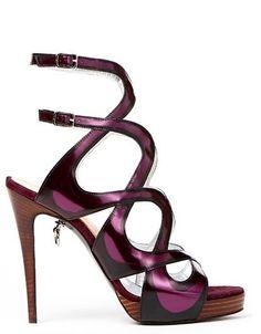 Con estas sandalias no pasarás desapercibida Unos tacones de altura, un diseño espectacular que estiliza la pierna y un llamativo color violeta, son los elementos de unos bellos zapatos que combinados adecuadamente pueden aportar a tu look una imagen...