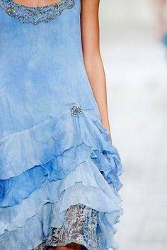 Ana Rosa Petite simple mais avec un certain chic Blue Fashion, Fashion Show, Le Grand Bleu, Thin Hair Cuts, Estilo Denim, Fashion Details, Shades Of Blue, Beautiful Outfits, Tie Dye Skirt