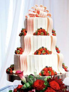 サーモンピンク× 白のストライプリボンと赤いフルーツが白いケーキをとびきりキュートに輝かせて。大人の可憐さを演出します。
