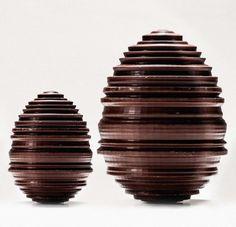 La Manufacture de Chocolat Alain Ducasse - Œuf noir ou lait garnis de friture praliné et de friture sèche. 10 et 15cm 18€ et 45€