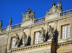 Château+de+Versailles:+Façade+du+château+ornée+de+sculptures - France-Voyage.com