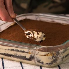 We're layering your two favorite desserts to give you all the feels. Oreo tiramisu recipe with video Tiramisu Oreo, Tiramisu Recipe, Tiramisu Vegan, Chocolate Tiramisu, Dessert Chocolate, Oreo Dessert, Chocolate Ganache, Bon Dessert, Dessert Pizza