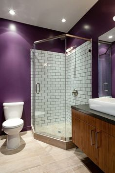cabina de dus in baie moderna culoare perete mov Design Case, Corner Bathtub, Alcove, Interior Design, Bathroom, Home, Showers, Houses, Cabin