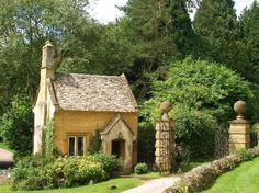 Batsford Arboretum: batsford lodge house
