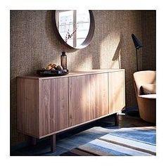 IKEA - STOCKHOLM, Skjenk, valnøttfiner, , Skjenken i valnøttfiner og massiv ask gir en varm, naturlig følelse til rommet ditt.Den særpregede teksturen i valnøttfineren gir hvert møbel et unikt utseende.Valnøttre er et naturlig, slitesterkt materiale. Overflaten er gjort enda mer slitesterk av et beskyttende lag med lakk.Trykk-åpne-beslag gir skjenken et stilrent utseende, siden det ikke trengs håndtak eller knotter.Inni skjenken er det to skuffer og en flyttbar hylleplate, i valnøttfiner og…