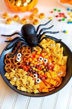 Spooky Halloween Snack Mix is super yummy and so fun! Perfect for Halloween parties, movie nights and festive gatherings. Quick and easy recipe. Halloween Drinks, Halloween Treats, Spooky Halloween, Halloween Party, Halloween Stuff, Holiday Treats, Halloween Baking, Halloween Games, Halloween Desserts