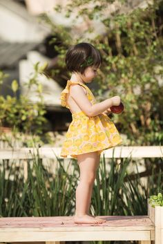 Adorable lemon pinny with flutter sleeves.  #estella #kids #fashion Verão 2015 | A Fábula
