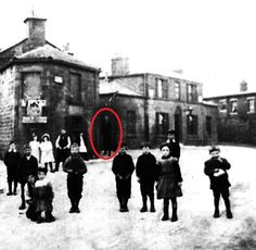 The 10 Creepiest Pictures Of Slender Man Slender Man, Creepy Stories, Ghost Stories, Paranormal, Shadow People, Creepy Pictures, Urban Legends, Weird World, Norway
