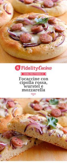 Focaccine con cipolla rossa, wurstel e mozzarella