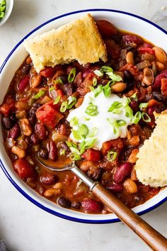 This quick and easy Three Bean Chili recipe is perfect when you want a cozy warm vegan chili in 30 minutes or less! Healthy, hearty and perfect for lunch, dinner or meal prep ideas. Vegan Chilli Recipe, Chilli Recipes, Bean Recipes, Soup Recipes, Recipies, Dinner Recipes, Bean Chilli, No Bean Chili, Vegan 3 Bean Chili