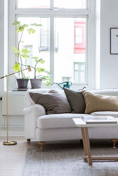 A dreamy Scandinavian apartment full of light (Daily Dream Decor) Scandi Home, Scandinavian Apartment, Stand Alone Pantry, White Wooden Floor, Appartement Design, Sofa Pillows, Linen Pillows, Cushions, Apartment Interior Design