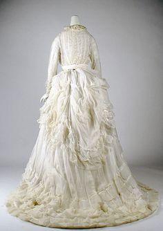 http://www.pinterest.com/mareenzieschang/pins/ Dress 1875, American, Made of cotton