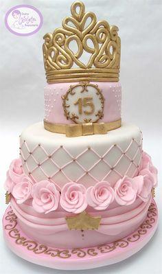Torta 15 años de 3 pisos con decoración de rosas y corona de reina