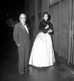 1960. Aristotele Onassis e Maria Callas all'uscita del Teatro alla Scala dopo la Prima.