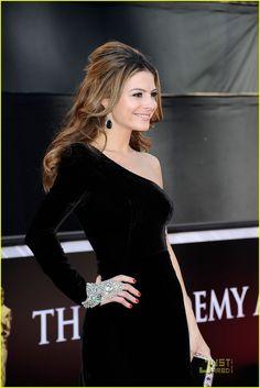 Maria Menounos, red carpet, Oscars 2011, velvet, Swarovski, E! News