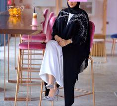 Abaya Fashion, Kimono Fashion, Hijab Fashionista, Abaya Designs Latest, Black Abaya, Fashion Beauty, Arab Swag, Abaya Style, Kebaya