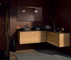 Maximisez l'espace de votre petite salle de bain en combinant un meuble double vasques à poser et une commode suspendue en angle. La couleur oxyde noir du plan vasque apporte une touche d'élégance à l'ensemble et renforce l'esprit chaleureux du bois en chêne naturel des meubles et des murs couleur chocolat. La paroi de douche en verre fumée reprend l'esprit nature de la décoration avec une sérigraphie d'arbre.- Sherwood de Sanijura