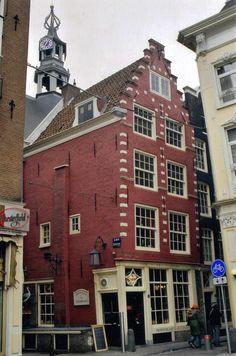 Het 1e stukje van de Warmoesstraat heet Sint Olofspoort, naar de stadspoort die daar ooit stond. De Warmoesstraat had tot in de 17e eeuw twee namen: 'Kerkstraat' voor het noordelijke deel tot de Oude Kerk en Warmoesstraat voor het zuidelijke deel. De naam is afgeleid van warmoezerijen, naar de handel in groenten.