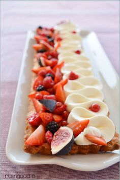 Les derniers fruits rouges de l'été, et les premières pommes se rencontrent dans une belle tarte aux figues, framboises, myrtilles, groseilles et pommes !