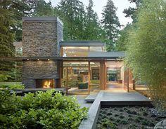 O approach dos projetos do MW works , de Seattle, está sendo comparado, em menor escala, ao de Frank Lloyd Wright, quando se pensa em como incluir uma construção contextualizando-a completamente em uma natureza intocada. Como se nessas casas fosse mora ...