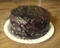 S vášní pro jídlo: Nadpozemsky čokoládový dort      hrnek mléka     půl hrnku vody     kostku másla     čtvrt hrnku kakaa     200g hořké čokolády     2 hrnky cukru     lžičku skořice     lžičku instantní kávy     2 vejce     tři čtvrtě hrnku hladké mouky     tři čtvrtě mouky polohrubé      půl prášku do pečiva