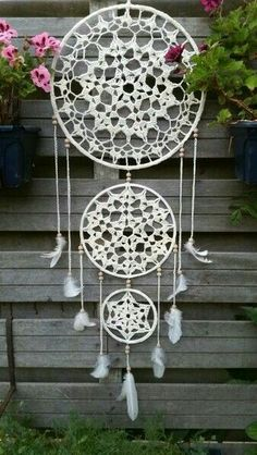 A free crochet pattern from a Dreamcatcher. Read more about this dream catcher's crochet chart at Crochetinformation and also crochet a dream catcher! Crochet Home, Diy Crochet, Crochet Crafts, Crochet Projects, Macrame Projects, Motif Mandala Crochet, Crochet Doilies, Crochet Patterns, Macrame Patterns