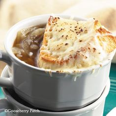 This version of French Onion Soup is pure bliss. The classic comfort food provides a decadent display of a warm soup bowl topped with bread slices and sprinkles of freshly grated Parmesan and Mozzerella cheeses. Slow Cooker Recipes, Crockpot Recipes, Cookbook Recipes, Cooking Recipes, Classic French Onion Soup, Onion Soup Recipes, Onion Soups, Gooseberry Patch, Gooseberry Recipes