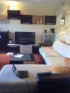 Stan je izuzetno lep, nov ,moderan i prodaje se sa namestajem.U cenu stana ulazi i garaza.Stan je orjentisan ka ulici, sa prelepim pogledom i velikim prozorima ka terasi. http://www.nekretnineobradovic.rs/nekretnine-beograd/kartica.php?id=1612#.UkrnNobIYig