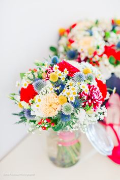 Bouquets colorés Mariage champêtre vintage coloré  Atelier du bonheur http://www.atelierdubonheur.fr/