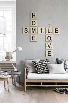 Deixe as palavras invadirem sua casa! Com muito estilo, essa é a decoração tipográfica! Entryway Bench, Do It Yourself Crafts, Hall Bench, Foyer Bench, Entry Bench