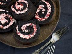 Lakritsrulltårta med hallonmarängfrosting / Liquorice cake roll with raspberry meringue frosting