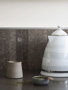 This sculptural kettle from the new Avvolta collection by De'Longhi has been making a statement in my kitchen this month. Featuring asymmetric horizontal layered bands the design takes its style cues from the Guggenheim Museum in New York.