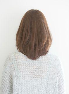 大人めの暗めカラーリングでも似合う、上品で洗練されたスタイルになります。これから伸ばそうとしている方にオススメです。大きく揺れるような自然なカールが、重さを感じさせない柔らかな質感にしてくれます。