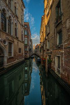 narrow path, Venice Italy
