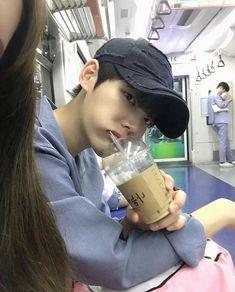 This ulzzang looks like Taehyung Korean Boys Ulzzang, Cute Korean Boys, Ulzzang Couple, Ulzzang Boy, Korean Men, Asian Boys, Korean Girl, Style Ulzzang, Korea Boy