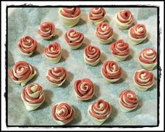 fingerfood roselline wurstel e pasta sfoglia Appetizer Recipes, Appetizers, Puff Pastry Recipes, Biscotti, Food Platters, Healthy Recipes For Weight Loss, Antipasto, Food Crafts, Prosciutto
